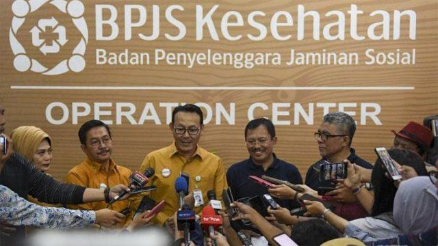 Direktur Utama BPJS Kesehatan Fachmi Idris (ketiga kiri) mendampingi Menteri Kesehatan Terawan Agus Putranto (kedua kanan) menjawab pertanyaan wartawan di Kantor Pusat BPJS Kesehatan di Jakarta, Jumat, 25 Oktober 2019. ANTARA