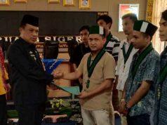 Pj. Sekda Lampung Utara, Sofyan menerima surat pernyataan sikap dari Ketua Umum HMI Kotabumi, Ade Andre Irawan