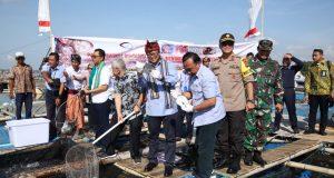Menteri Kelautan dan Perikanan Edhy Prabowo saat meninjau pembesaran benih lobster yang dilakukan masyarakat Telong Elong dan Teluk Ekas, Lombok Timur, Nusa Tenggara Barat (NTB), Kamis (26/12).
