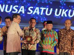 Plt Bupati Lampung Selatan Nanang Ermanto menerima penghargaan Pasar Tertib Ukur dari Menteri Perdagangan Agus Suparmanto, Jumat (20/12/2019).