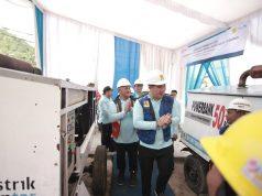 Bupati Pesawaran Dendi Ramadona dan GM PLN Lampung Pandapotan Manurung meninjau PLTD yang siap beroperasi selama 24 jam penuh di Pulau Legundi.