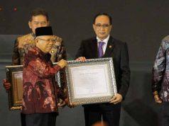 Wakil Presiden Ma'ruf Amin menyerahkan plakat Zona Integritas (ZI) kepada Ketua PT Tanjungkarang Charis Mardianto.