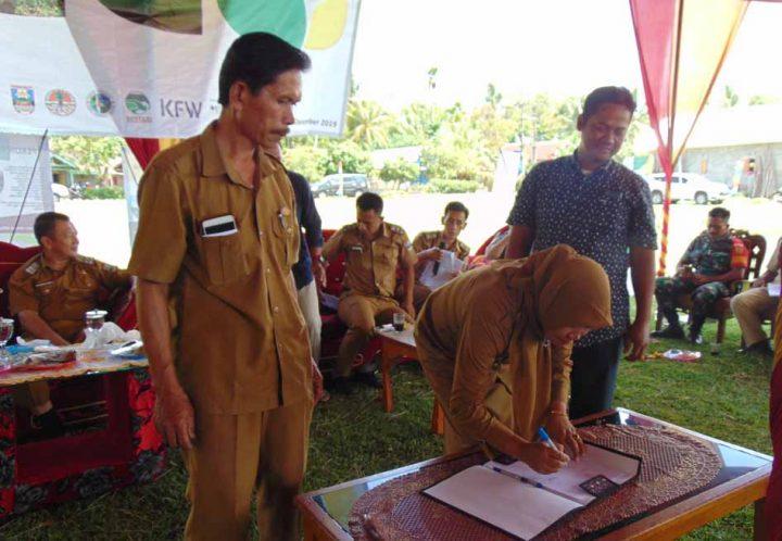 Peratin Pakunegara menandatangani Rancangan Kesepakatan Konservasi Daerah