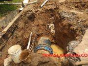 Sambungan pipa induk milik PDAM Way Rilau Bandarlampung yang bocor hingga Kamis (5/12/2019) belum bisa diatasi. Akibatnya, para pelanggan pun tidak mendapatkan aliran air.