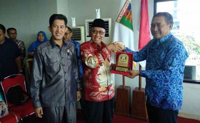 Wakil Bupati Banyu Asin Slamet Sumosuntono didampingi Katua DPRD Irian Setiawan memberikan cinderamata kepada Sekdakot Badri Tamam, Kamis, 19 Desember 2019.