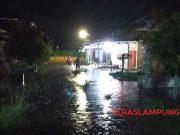 Puluhan rumah warga di Perumahan Griya Sidomulyo, Dusun Sidosari, Desa Sidomulyo, Kecamatan Sidomulyo, Lampung Selatan dilanda banjir, Selasa malam (31/12/2019). Ketinggian air 75 cm hingga 1 meter,