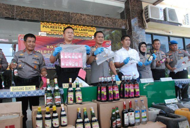 Wakapolresta Bandarlampung menunjukkan barang bukti yang disita selama dua minggu pelaksanaan Operasi Cempaka Krakatau.
