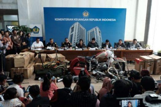 Menteri Keuangan Sri Mulyani Indrawati dan Menteri BUMN Erick Thohir saat jumpa pers terkait dengan kasus penyelundupan motor Harley Davidson dan sepada Brompton di Kantor Kemenkeu, Jakarta, Kamis (5/12 - 2019). Istimewa