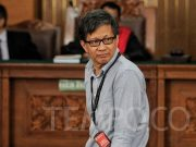 Rocky Gerung meninggalkan ruang sidang usai menjadi saksi fakta pada sidang lanjutan mendengarkan keterangan saksi terkait kasus penyebaran berita bohong atau hoaks yang dilakukan oleh terdakwa Ratna Sarumpaet di Pengadilan Negeri Jakarta Selatan, Jakarta, Selasa, 23 April 2019. TEMPO / Hilman Fathurrahman W