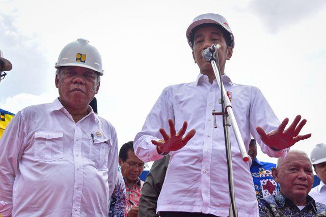Presiden Jokowi didampingi Menteri PUPR Basuki Hadimuljono menjawab wartawan usai meresmikan beroperasinya Seksi II, III, dan IV Jalan Tol Balikpapan-Samarinda, di Gerbang Tol Samboja, Balikpapan, Selasa (17/12) siang. Foto: Setkab