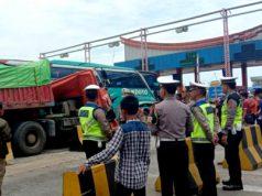 Kendaraan truk jenis trailer warna merah menabrak Bus Handoyo di pintu masuk tollgate areal Pelabuhan Bakauheni, Lampung Selatan, Kamis (26/12/2019) sekitar pukul 11.20 WIB.