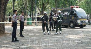 Petugas melakukan pemeriksaan tempat kejadian pasca ledakan di dalam Kawasan Monas, Jakarta, Selasa, 3 Desember 2019. Ledakan di Monas diduga berasal dari granat asap. TEMPO/Muhammad Hidayat