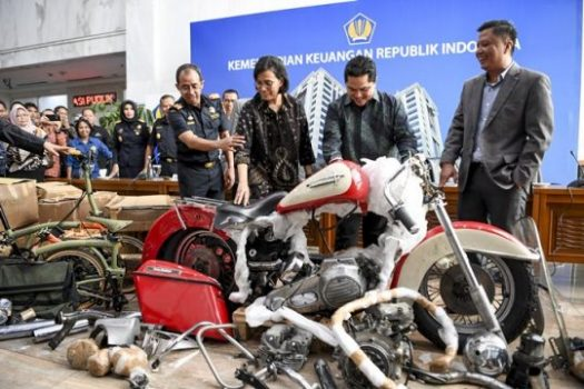 Menteri Keuangan Sri Mulyani (kedua kiri) bersama Menteri BUMN Erick Thohir (kedua kanan) dan Dirjen Bea Cukai Kemenkeu Heru Pambudi (kiri) melihat barang bukti motor Harley Davidson saat konferensi pers terkait penyelundupan motor Harlery Davidson dan sepeda Brompton menggunakan pesawat baru milik Garuda Indonesia di Kementerian Keuangan, Jakarta, Kamis (5/12/2019). - ANTARA /Hafidz Mubarak A