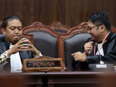 Kuasa Hukum Pemohon Salman Darwis mengikuti sidang putusan pengujian Undang-Undang tentang Pemilihan Gubernur, Bupati, Walikota, pada Rabu (18/12) di Ruang Sidang MK. Foto: Mahkamah Konstitusi