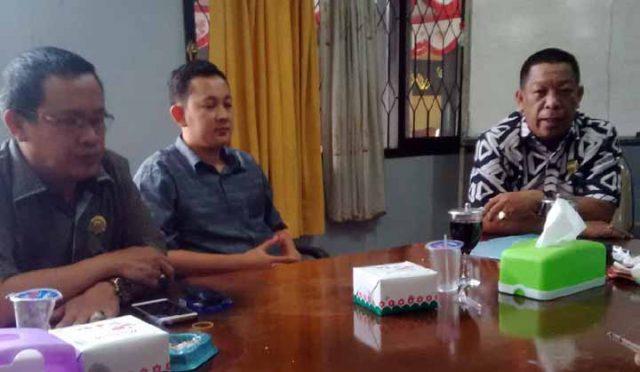 Ketua Komisi I DPRD Lampung Utara Rachmat Hartono (kanan) bersama koleganya usai RDP dengan Apdesi, Senin (2/12/2019).