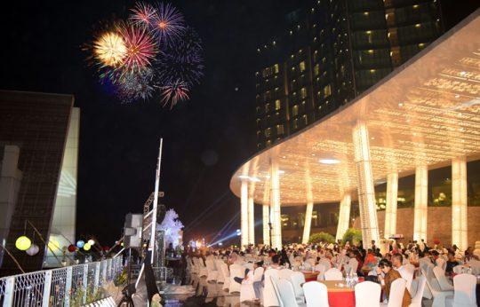 Usung Tema Paradise Beach Night, Tahun Baru 2020 Hotel Novotel Hadirkan Andmesh Kamaleng