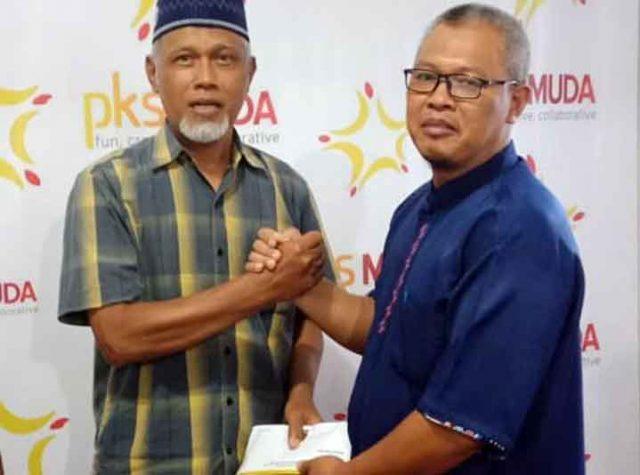 Agung Utomo memberikan tali asih kepada salah satu caleg yang tidak terpilih sebagai wakil rakyat, Jumat (3/1/2020).