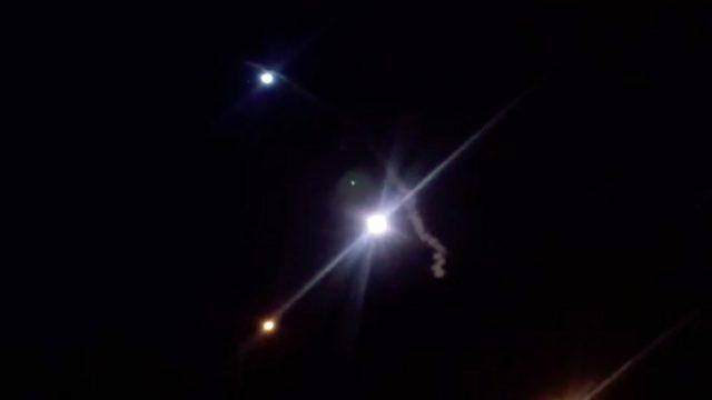 Screengrab diambil dari video yang dirilis oleh TV pemerintah Iran (IRIB) menunjukkan roket diluncurkan dari Iran terhadap pangkalan militer AS di Ein-al Asad di Irak. Foto: EPA via Al Jazeera