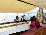 Presiden Joko Widodo atau Jokowi, saat menaiki kapal pinisi ketika mengunjungi Labuan Bajo di Nusa Tenggara Timur (NTT), 20 Januari 2020. Dalam kunjungan ini Jokowi mencatat beberapa aspek yang sangat perlu dibenahi. Foto: Muchlis Jr - Biro Pers Sekretariat Presiden