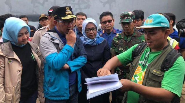 Gubernur Jawa Barat Ridwan Kamil menemui korban banjir di beberapa lokasi di Kota Bekasi dan Kabupaten Bogor, Kamis, 2 Januari 2020.