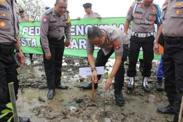 Kapolresta Bandarlampung Kombes Pol Yan budi Jaya menanam pohon mangrove di tepi pantai di wilayah Telukbetung Timur, Jumat (10/1/2020).