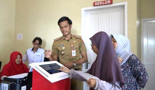 layar sentuh tablet (tablet touchscreen) yang disipakan di Kantor Kelurahan Tombang Permai untuk memudahkan masyarakat mendapatkan layanan. (foto: Ist)