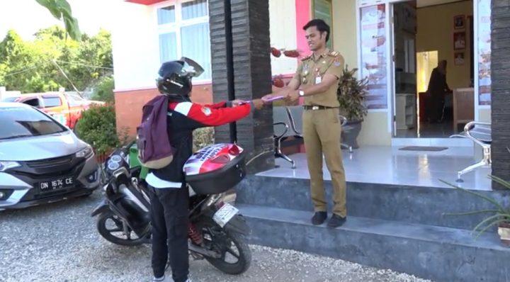 Delivery Layanan Sistem Toper Kece (DLSTK), layanan antar berkas yang memungkinkan warga cukup tinggal di rumah dan berkasnya diantar oleh petugas kelurahan Tombang Permai. (foto: Ist)