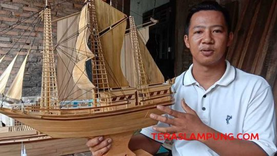Penjual Ikan Ini Mengubah Bilah Bambu Jadi Miniatur Pinisi Bernilai Tinggi