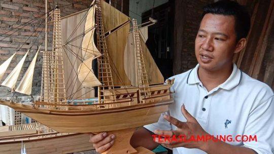 Uniknya Miniatur Kapal Pinisi Bambu Karya Warga Lampung Selatan
