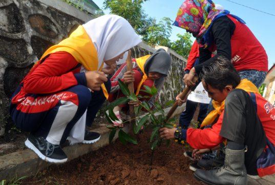 Relawan Palang Merah Indonesia menanam pohon sedekah oksigen di Pesantren Assiddiqiyah 11, Gunung Labuhan, Way Kanan,.