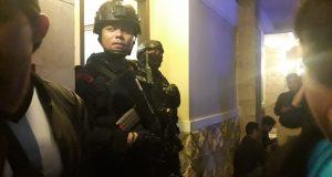 Tim Unit Penjinak Bom (Jibom) Satbrimoda Polda Lampung saat melakukan penyisiran mencari benda diduga bom di di setiap ruangan Hotel Bukit Randu di Jalan Kamboja, Kelurahan Kebon Jeruk, Bandarlampung, Minggu (12/1/2020) malam.