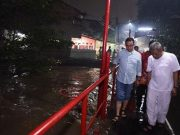 Gubernur DKI Jakarta Anies Baswedan meninjau banjir di kawasan Cipinang Melayu, Ahad malam 11 November 2018. instagram.com
