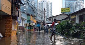 Warga berupaya mengeluarkan sampah yang masih menyumbat saluran air di kawasan Karet Pasar Baru Timur, Jakarta Pusat, Kamis (2/1/2020). - Bisnis/Rayful Mudassir