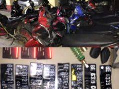 Sejumlah sepeda motor dan pelat nomor seri polisi sepeda motor yang menjadi barang bukti yang disita Polsek Natar, Lampung Selatan dari komplotan bandit spesialis curanmor bersama penadah barang hasil curian.