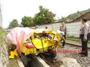 Honda Brio ringsek setelah menabrak kereta babaranjang dan terseret hingga 300 meter, di Tanjunggading, Kedamaian, Bandarlampung, Rabu dinihari (1/1/2020),