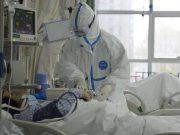 Seorang petugas melakukan pengecekan pada pasien yang terkena penyakit pneumonia akibat virus corona di Rumah Sakit Pusat Wuhan Via Weibo di Wuhan, Cina. Penelitian genetika telah dilakukan atas virus corona misterius di Wuhan, Cina. THE CENTRAL HOSPITAL OF WUHAN VIA WEIBO/Handout via REUTERS