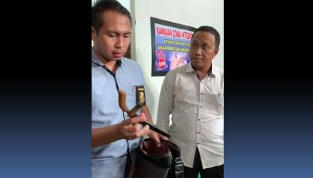 Kasat Reskrim Polres Lampung Utara, AKP Hendri menunjukan barang bukti senjata tajam yang akan digunakan oleh En.
