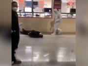 Seorang warga China tiba-tiba terjatuh ke lantai karena diduga terkena serangan virus corona. Sumber: Daily Mail