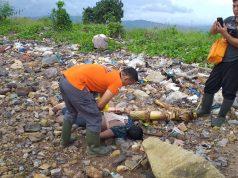 Tim Inafis Polresta Bandarlampung saat mengevakuasi jasad mayat laki-laki yang ditemukan di pinggir pantai Waylunik, Panjang, Kamis pagi (9/1/2020) sekitar pukul 07.00 WIB.