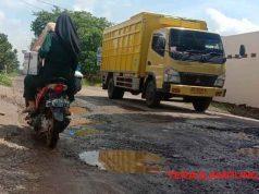 Jalan Raya Sidomulyo yang merupakan jalan poros utama penghubung antar desa dan juga kecamatan yang kondisinya rusak dan berlubang.