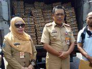 Pj. Sekkab Lampung Utara, Sofyan berpose bersama dengan perwakilan PT. Japfa Comfeed usai menerima bantuan 50 ribu butir telur.