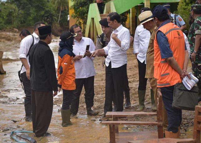 Presiden Jokowi saat mengunjungi lokasi bencana banjir di Desa Banjaririgasi, Kecamatan Lebakgedong, Lebak, Banten, Selasa (7/1) siang.Foto: Setkab