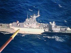 Pergerakan KRI Teuku Umar-385 saat menghalau kapal Coast Guard Cina terlihat melalui layar yang tersambung kamera intai di Laut Natuna, Sabtu, 4 Januari 2020. Tindakan yang dilakukan TNI masih bersifat persuasif dengan memperingati kapal Cina bahwa mereka sudah menerobos sekaligus menangkap ikan secara ilegal di Laut Natuna.ANTARA/M Risyal Hidayat