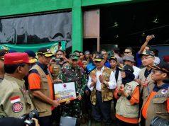 Kepala BNPB Doni Monardo menyerahkan bantuan untuk korban banjir di Lebak Gedong, Kabupaten Lebak, Banten, Sabtu (4/1/2020).