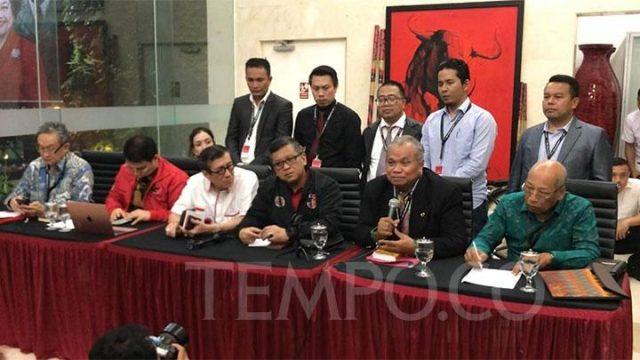 DPP PDIP saat menggelar konferensi pers membentuk tim hukum untuk mengkaji kasus dugaan suap Komisioner KPU Wahyu Setiawan yang menyeret caleg PDIP Harun Masiku. Pengacara Maqdir Ismail (kanan ujung) masuk dalam tim ini. TEMPO/Dewi Nurita