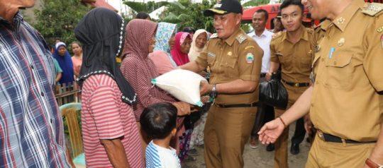 Puluhan Rumah di Lamsel Kebanjiran, Nanang Bagikan Paket Sembako