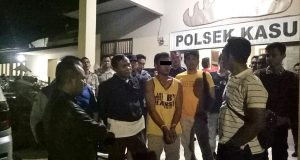 WP (23), warga Dusun Sinar Ogan, Kampung Sinar Gading, Kecamatan Kasui, Way Kanan tersangka pembunuhan terhadap korban Jun Rianto saat diamankan petugas Unit Reskrim Polsek Kasui dan Tekab 308 Polres Way Kanan. (Foto: Humas Polres Way Kanan).