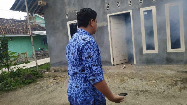Kepala Puskesmas Rawat Inap (PRI) Sidomulyo, Rocky Sihombing bersama tim saat melakukan pengasapan (fogging) di rumah warga di Desa Sidorejo, Kecamatan Sidomulyo, Lampung Selatan disinyalir daerah endemik demam berdarah dengue (DBD), Jumat (17/1/2020).