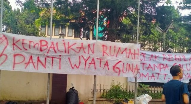 SPANDUK protes pengosongan asrama Wyata Guna, Jalan Pajajaran Kota Bandung.* /JULKIFLI SINUHAJI/PR