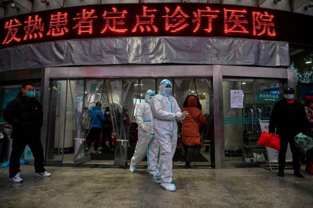 Petugas medis di Rumah Sakit Palang Merah Wuhan, China, mengenakan pakaian pelindung yang nyaris menutup seluruh tubuhnya, Sabtu (25/1/2020). Foto: Getty Image via New York Times